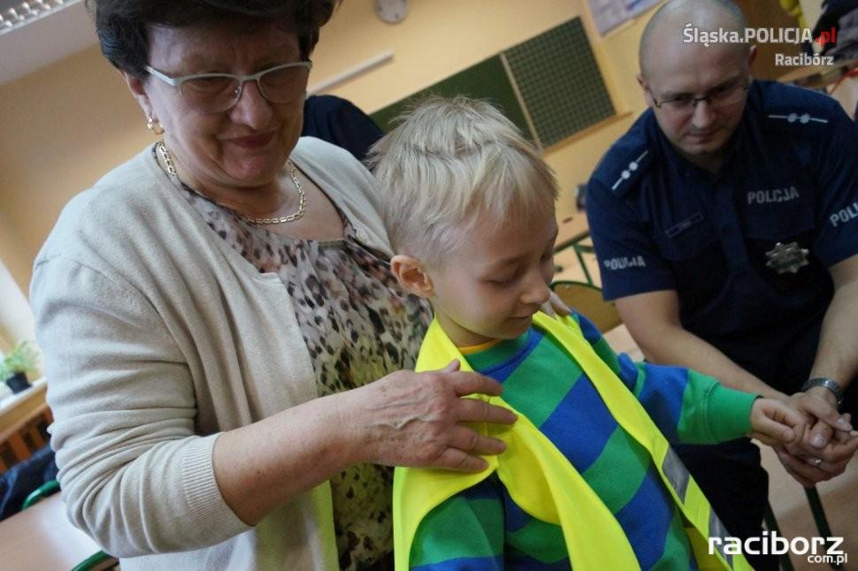 SP w Zawadzie Książęcej: Pierwszaki otrzymały odblaski od policjantów