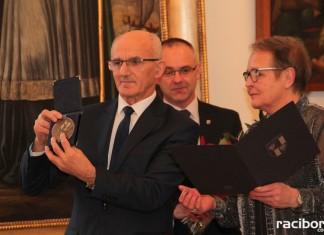 """Medal """"Zasłużony dla Powiatu Raciborskiego"""" dla Muzeum w Raciborzu"""