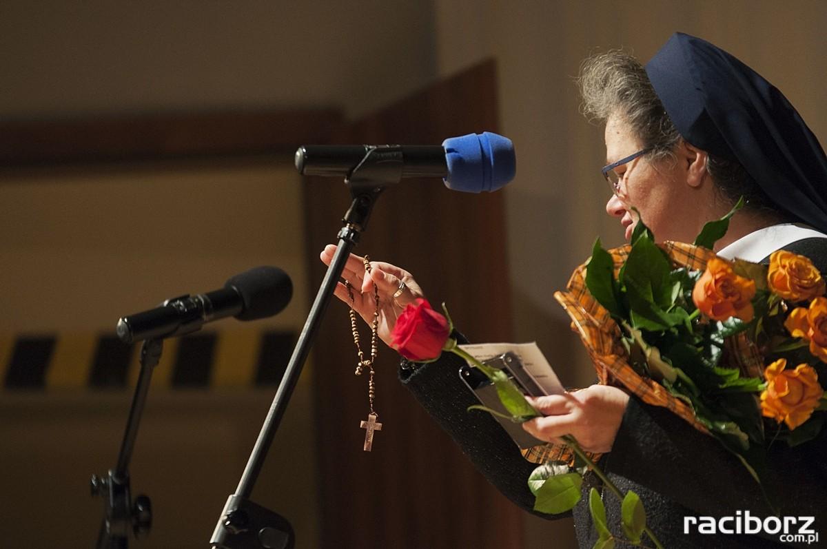 Mira Piasek podczas odbierania medalu ks. Stefana Pieczki