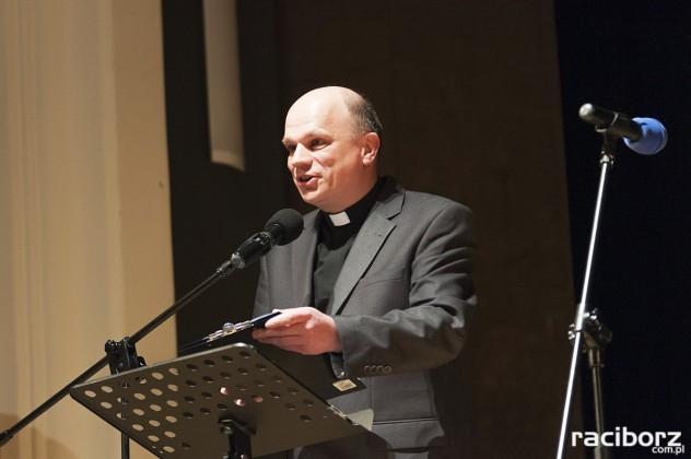 ks. Marian Obruśnik podczas rozdania medali im.ks. S.Pieczki