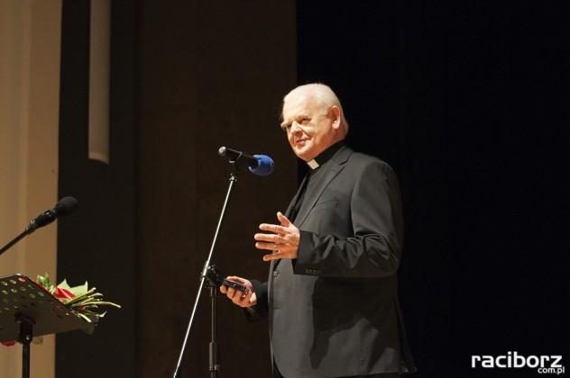 Ks. Helmut Sobeczko odbiera medal im.ks. S.Pieczki