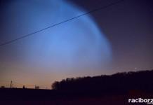 """""""Świecąca chmura"""" na niebie w Raciborzu. Próba rakietowa Rosji"""
