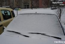 Racibórz: Policja przypomina o dokładnym odśnieżaniu samochodu
