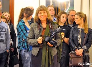 """Kuratorki wystawy fotografii pt. """"Kobieta zmienną jest"""", dr Gabriela Habrom-Rokosz (po lewej) oraz dr Katarzyna Kwiotek (po prawej), podczas wernisażu."""