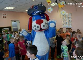 Policja Racibórz: Sznupek z wizytą u przedszkolaków