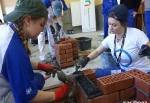 W ramach projektu wezmą udział w płatnych praktykach i stażach zawodowych.