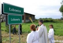 Na zdjęciu poświęcenie dwujęzycznych tablic w miejscowości Łubowice w 2008 roku.