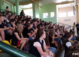 Policja Racibórz: Pogadanka o narkotykach i dopalaczach z uczniami SP w Kornowacu