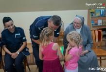 """Raciborscy policjanci z wizytą w """"Zielonym Zakątku"""" w Pogrzebieniu"""