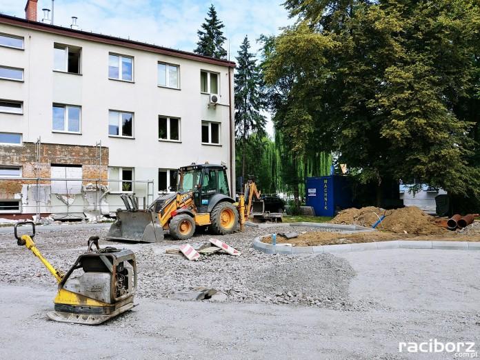 Racibórz: Trwają prace budowlane w ZUS. Powstanie m.in. nowy parking
