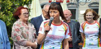 Radna K. Dutkiewicz podczas pożegnania uczestników Raciborskiego Rajdu Rowerowego Środowisk Trzeźwościowych Dookoła Polski.