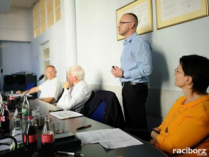 Marek Kurpis - wicestarosta powiatu referuje wynik rekrutacji do szkół