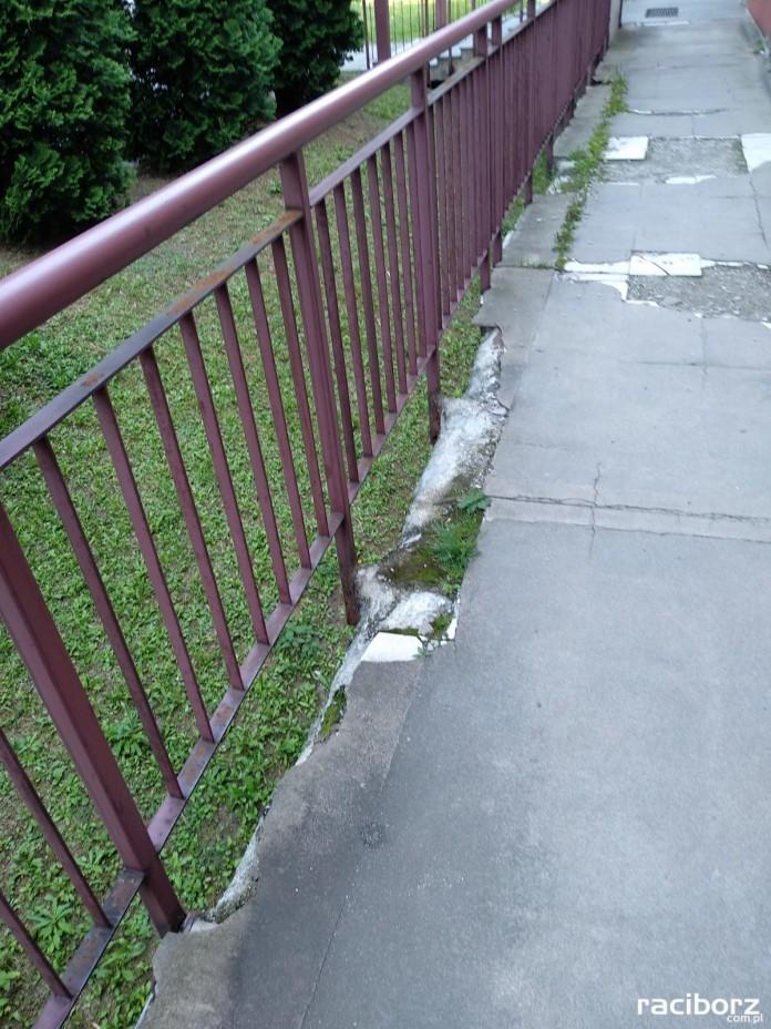Starsze osoby mają problem z poruszaniem się po tym chodniku