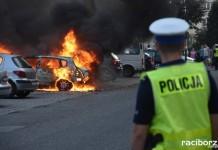 dziecko w płonącym samochodzie.