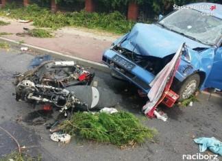 Pijany kierowca zbiegł z miejsca zdarzenia.