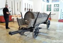"""Wystawa """"Kto dobrze orze, mo chleb w komorze. Dawne narzędzia rolnicze"""" w Muzeum w Raciborzu"""