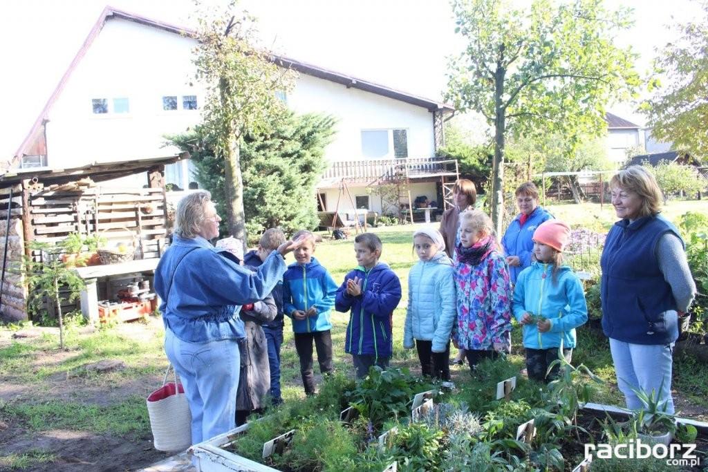 Uczniowie z Babic z wizytą w ogródku zielarskim