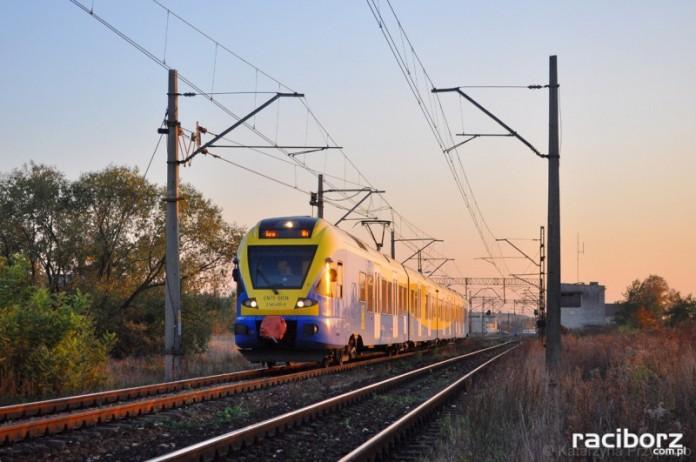 Pociąg Kolei Śląskich w Raciborzu-Markowicach