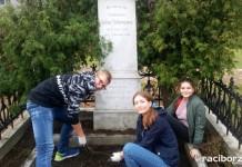 Młodzi w akcji, czyli akcja sprzątania kuźniańskich nagrobków