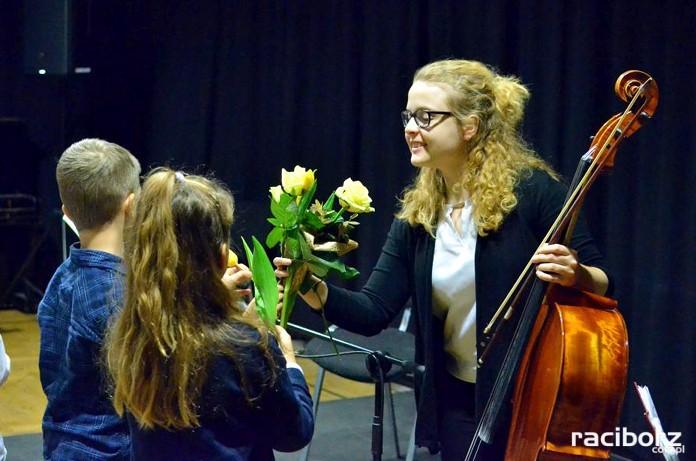 Elżbieta Rychwalska podczas koncertu umuzykalniającego w Raciborzu