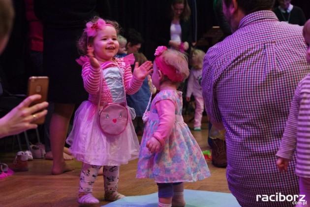 Maluchy w Krainie Dźwięku: Tańce Świata