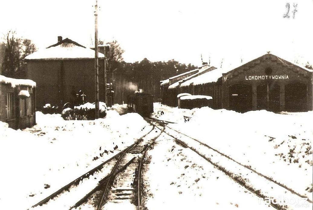 Na stacji w Rudach z hal postojowych dla taboru pozostała jedynie lokomotywownia. Fot. fotopolska.eu