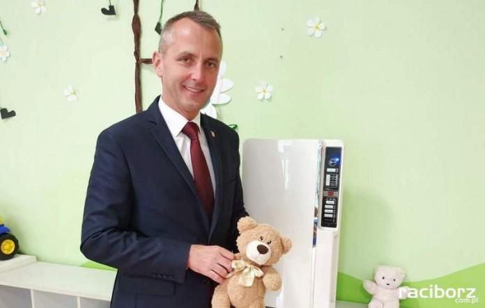 Prezydent Dariusz Polowy przy oczyszczaczu w Przedszkolu nr 24. Fot. UM Racibórz