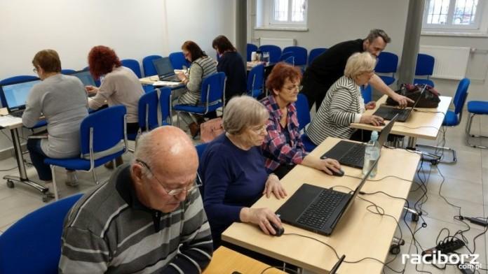 Bezpłatny kurs komputerowy dla seniorów w raciborskiej bibliotece