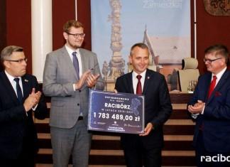 Racibórz: Wojewoda wręczył czeki na inwestycje drogowe
