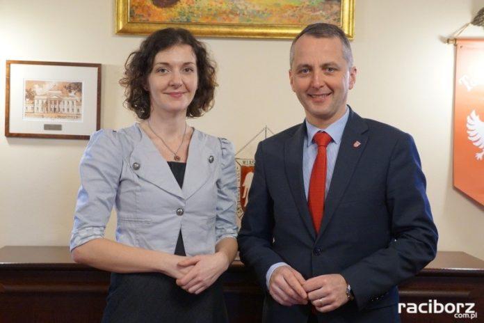 Prezydent Raciborza oficjalnie pogratulował Elżbiecie Skrzymowskiej wygranej w konkursie na stanowisko dyrektora Arboretum Bramy Morawskiej