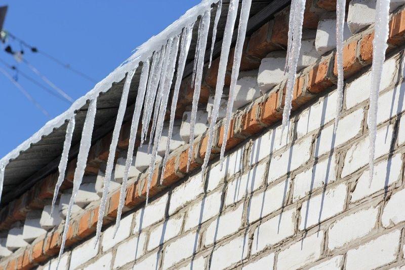 sople lodu zima dach