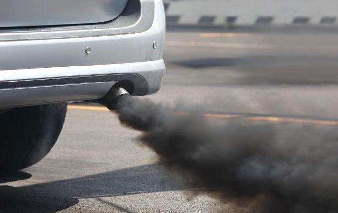 spaliny dym samochod