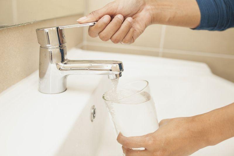 woda kran szklanka