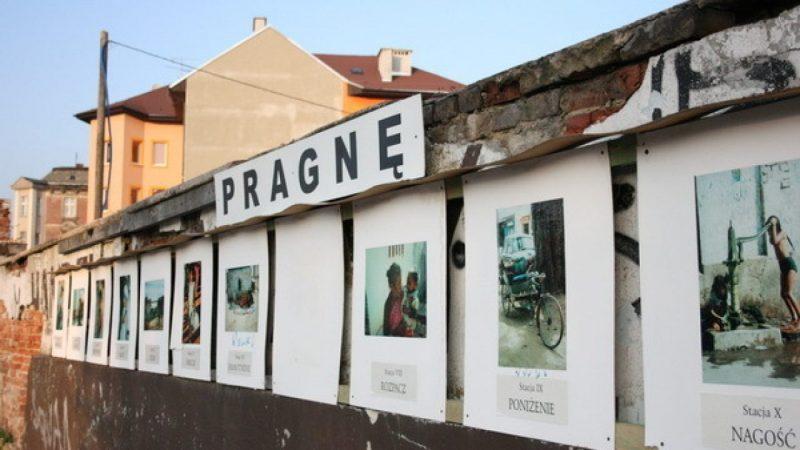 Galeria PRAGNĘ na murach Opawskiej