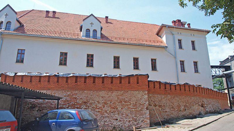 Odbudowa muru wokół zamku