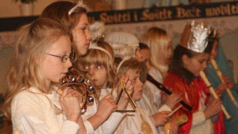 Brzezie: dziecięce jasełka, chór i orkiestra przy żłóbku