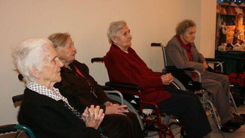 Chór z Brzezia śpiewał pensjonariuszom DPS