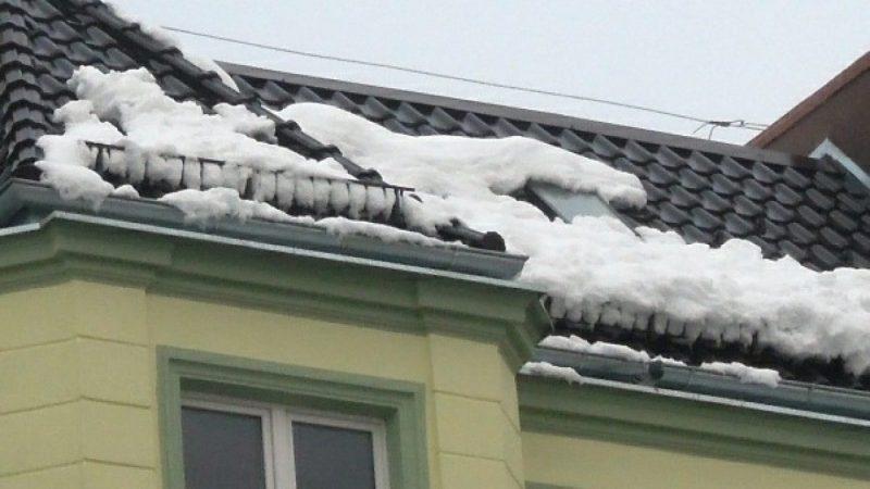 Uwaga! Śnieg zalega na dachach