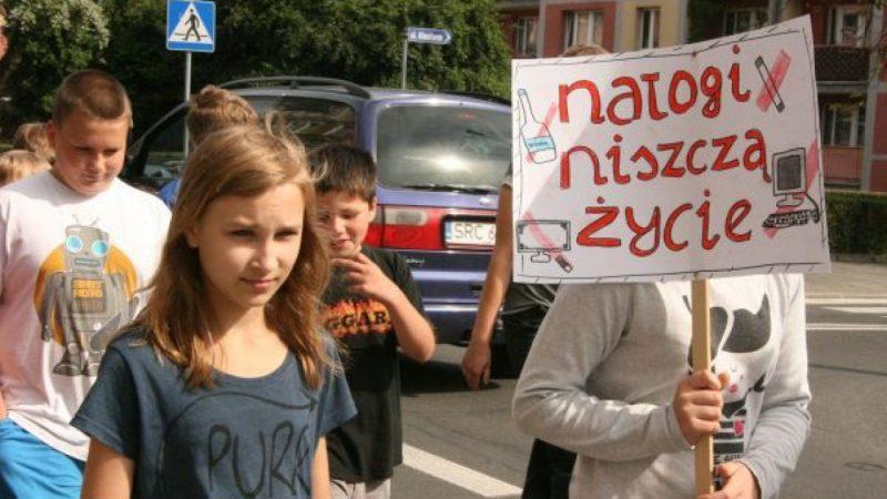 Antynikotynowy marsz uczniów sp4