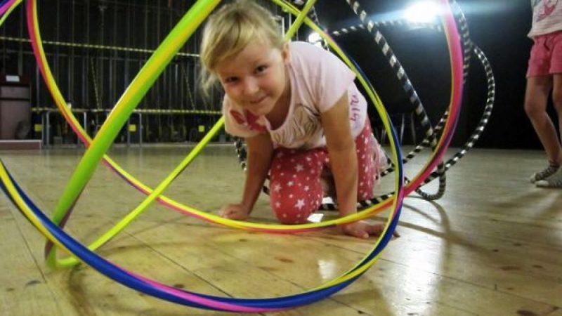 Wakacyjne zabawy z hula-hoop w RCK