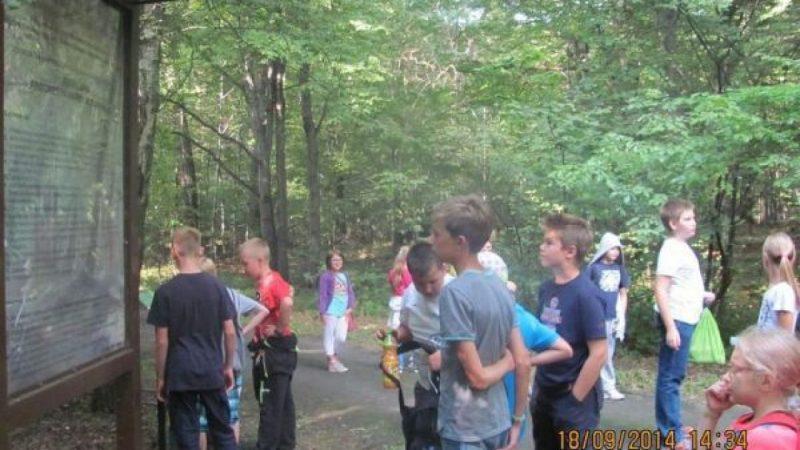 Uczniowie z Kobyli na pieszej wycieczce