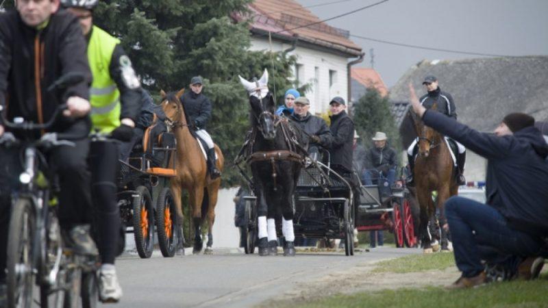 Wielkanocna procesja konna w Pietrowicach Wielkich