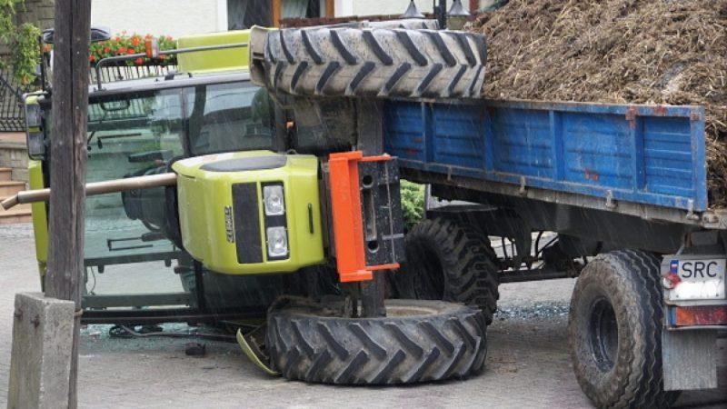 Traktor uderzył w słup, przewrócił się na zakręcie