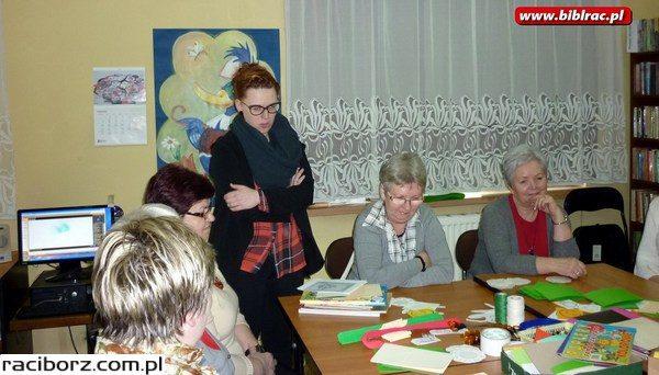Warsztatowe spotkanie Klubu Przyjaciół Biblioteki na Ostrogu