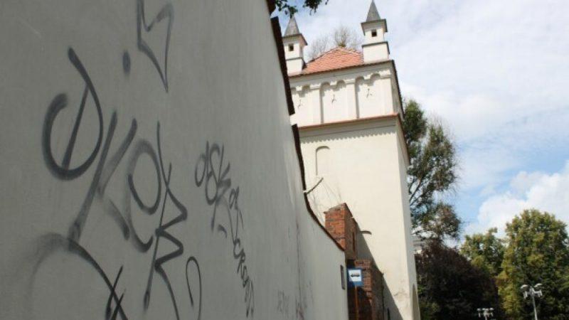 Zamalują grafitti szpecące basztę