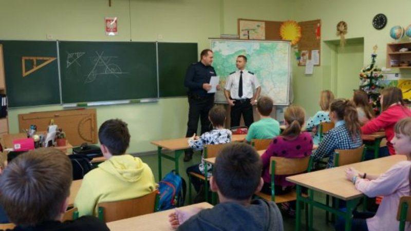 Policjanci w podstawówce w Brzeziu