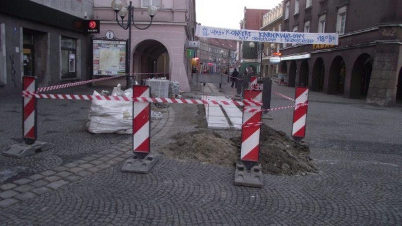 Ruszyła budowa chodnika na rynku