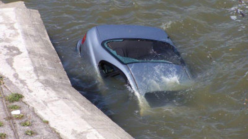 Akcja wyciągania wraku samochodu z Odry zakończona